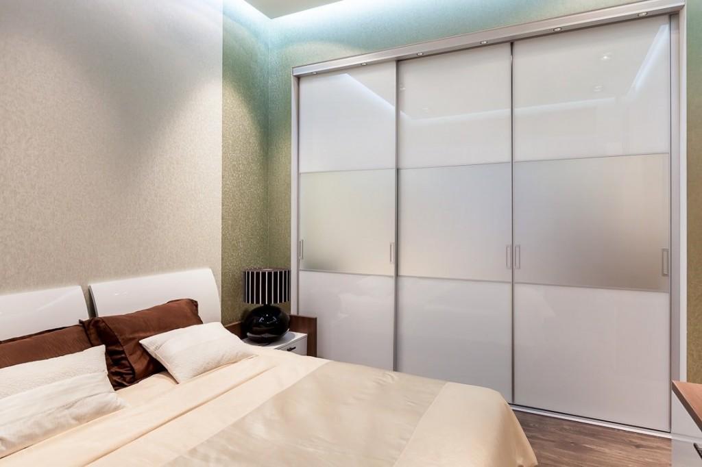 Шкаф-купе в спальне небольшого размера