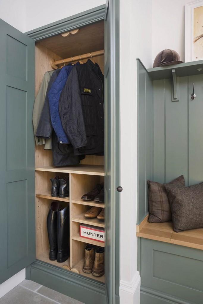 Распашной шкаф в нише прихожей комнаты