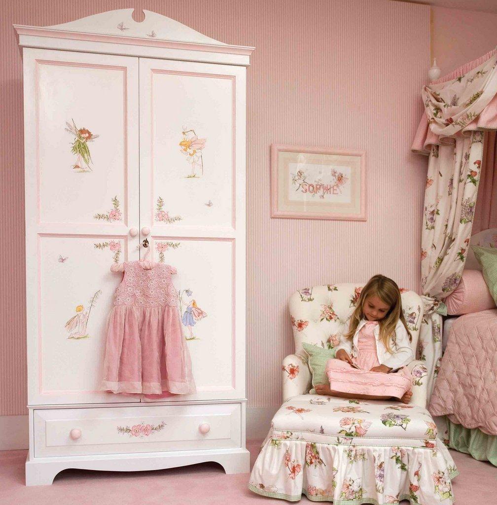 Платяной шкаф в комнате для маленькой девочки