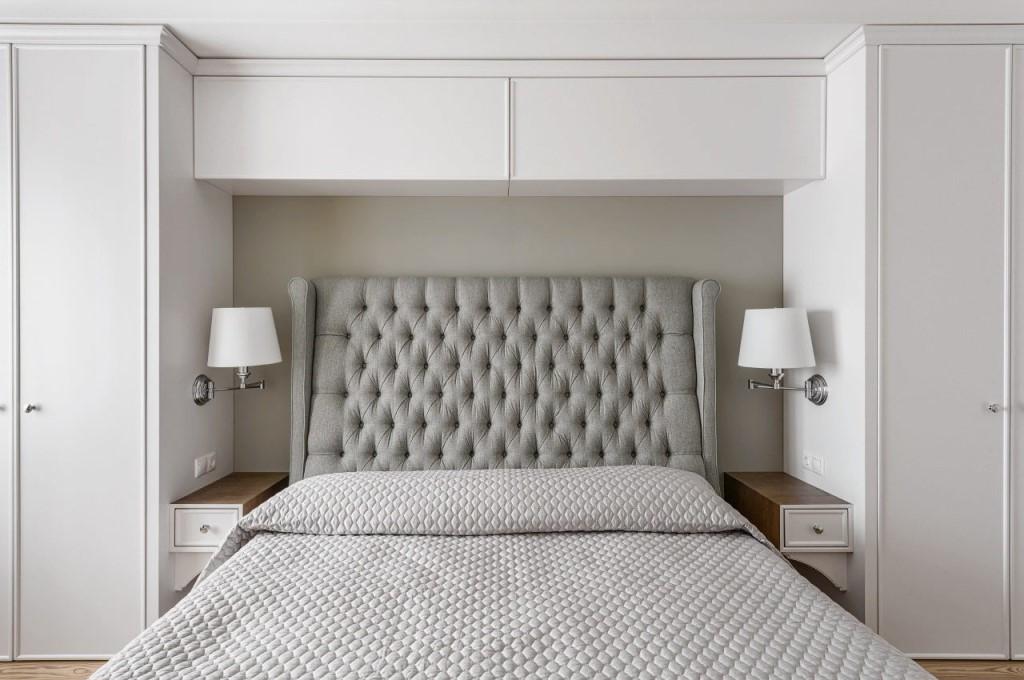Встроенные шкафчики над кроватью в спальне