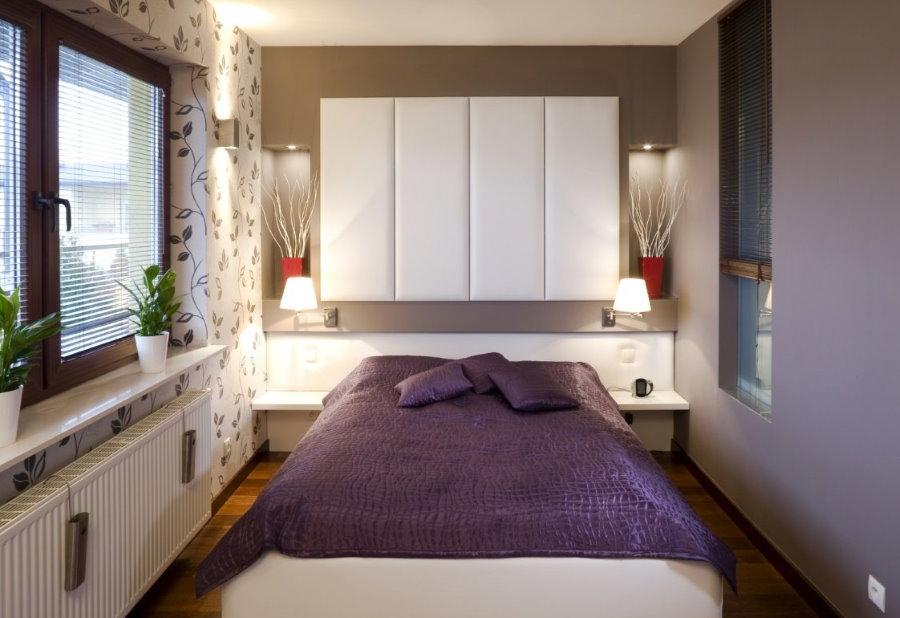Подвесные шкафчики над кроватью в узкой спальне