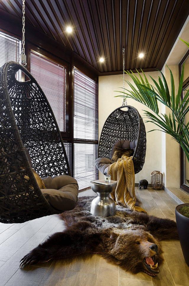 Подвесные кресла на благоустроенном балконе