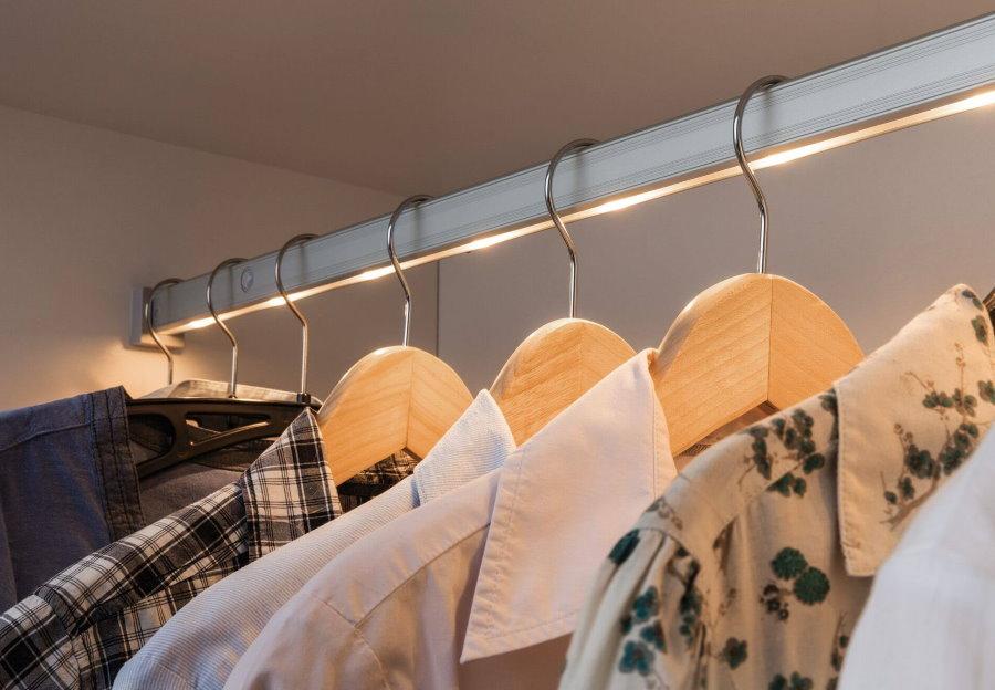 Подсветка отсека со штангой для рубашек в мансардной гардеробной