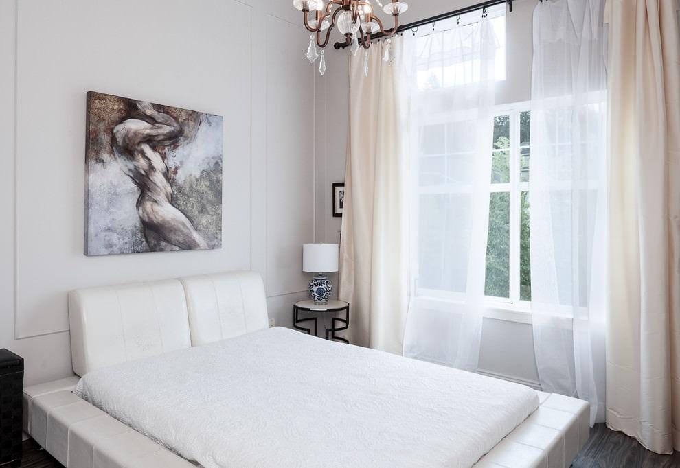 Легкие занавески без рисунка на окне небольшой спальни