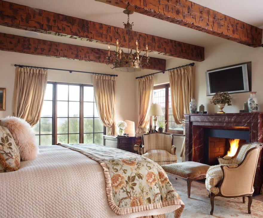 Бежевые занавески в спальне с деревянными балками