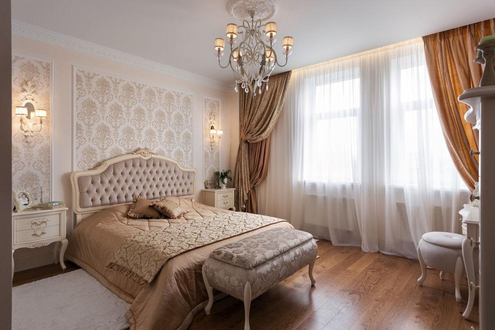 Кровать с мягким изголовьем в спальне классического стиля