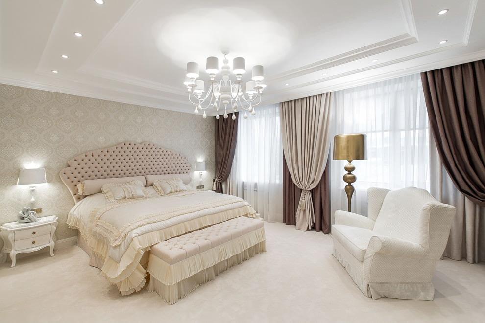 Декор окон спальни плотными портьерами
