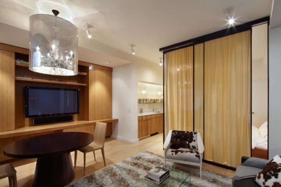 Зонирование кухни-гостиной шторой из плотного материала