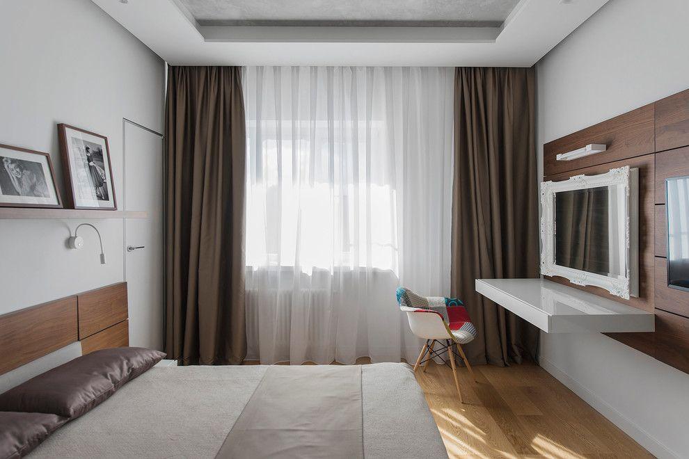 Плотные шторы из тафты на окне спальной комнаты