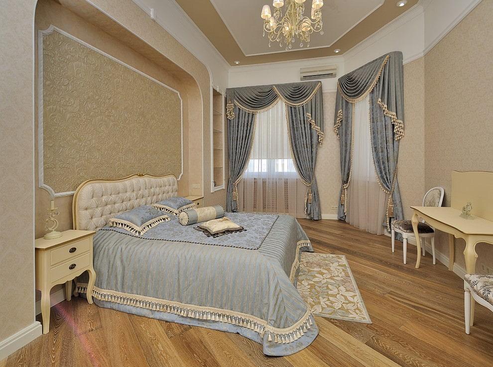 Декор окон шторами в спальне классического стиля