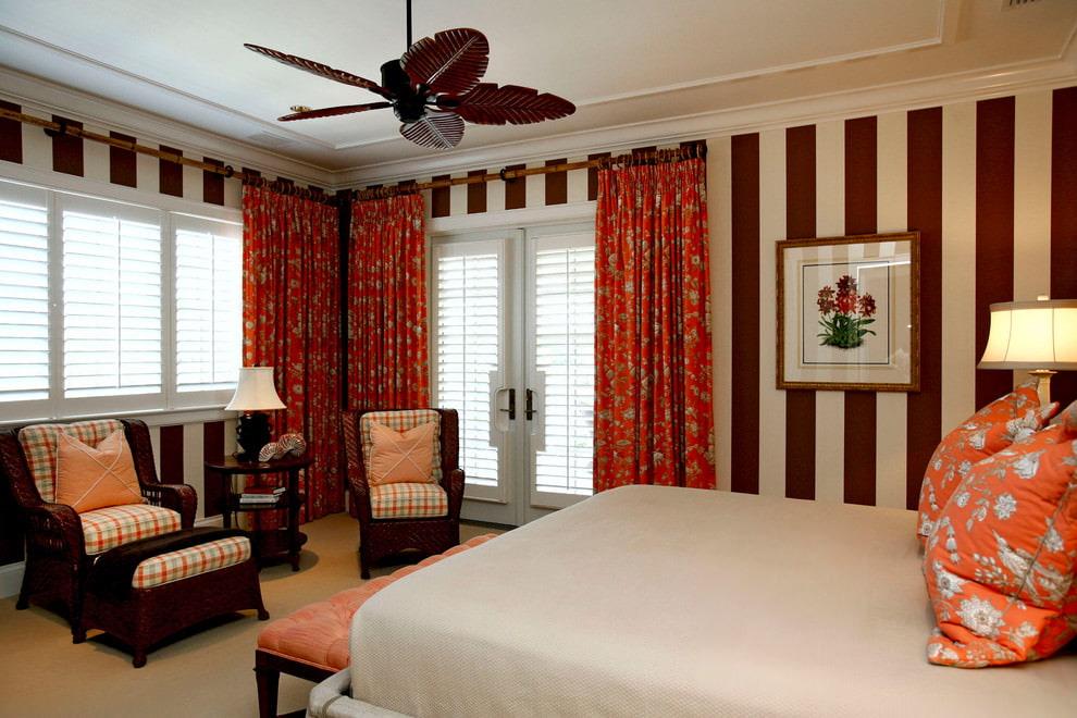 Оформление шторами спальни с двумя окнами