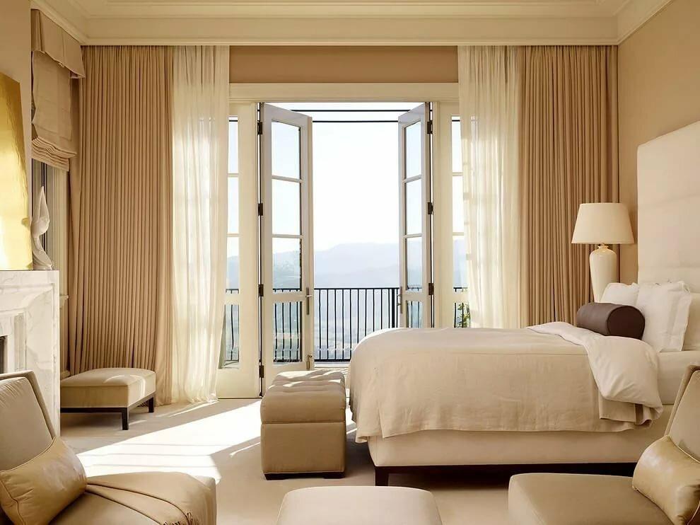 Светлая спальня с выходом на открытый балкон
