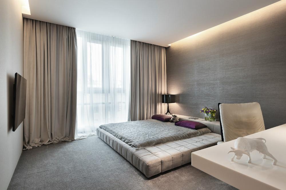 Прямые шторы в спальне с парящим потолком
