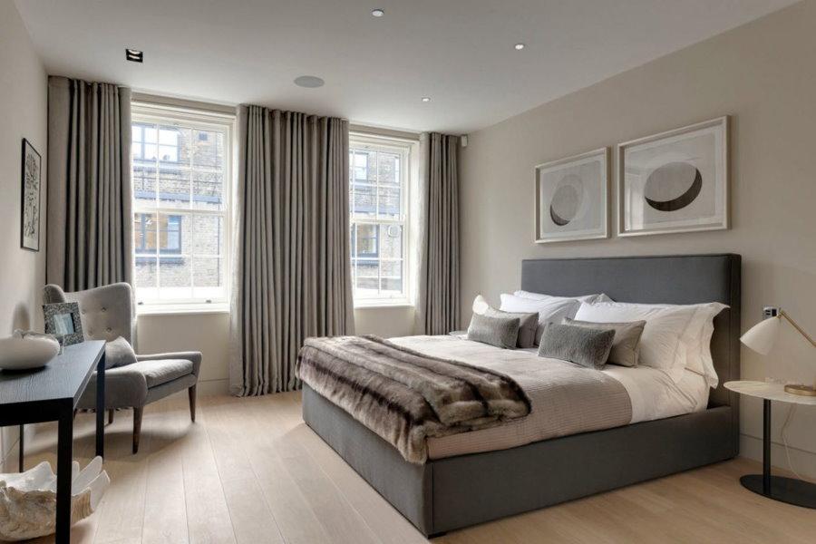 Шторы до пола в спальне с двумя окнами