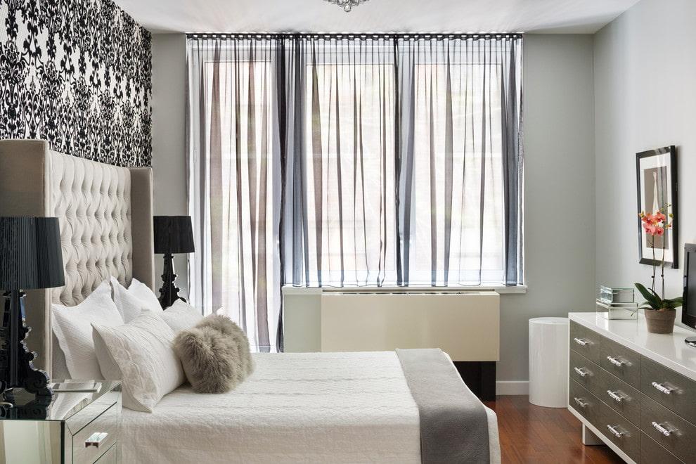 Прозрачные шторы в спальне с дверью на балкон