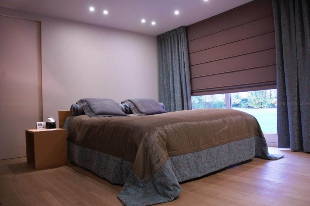 Римская штора из плотного материала в спальне