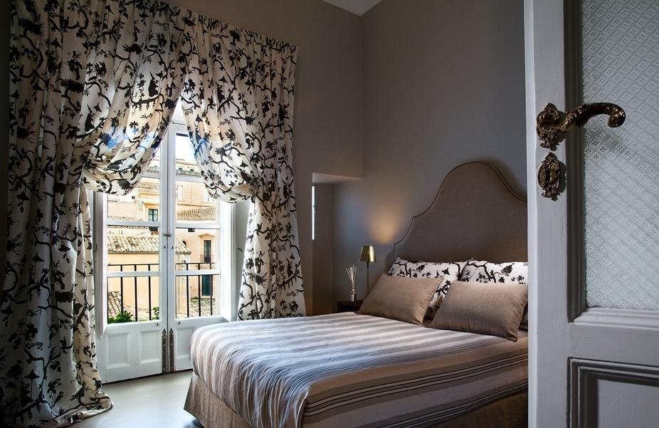 Шторы с держателями в спальне с балконом