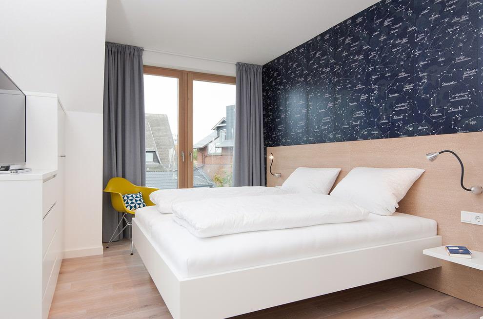 Декорирование окна спальни плотными серыми шторами