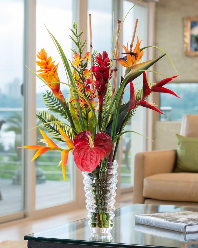 Букет искусственных цветов в стеклянной вазе