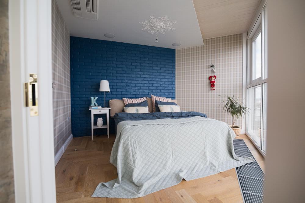 Синие кирпичики на акцентной стене спальни