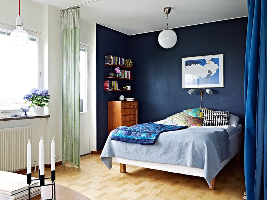 Синяя стена в интерьере небольшой спальни
