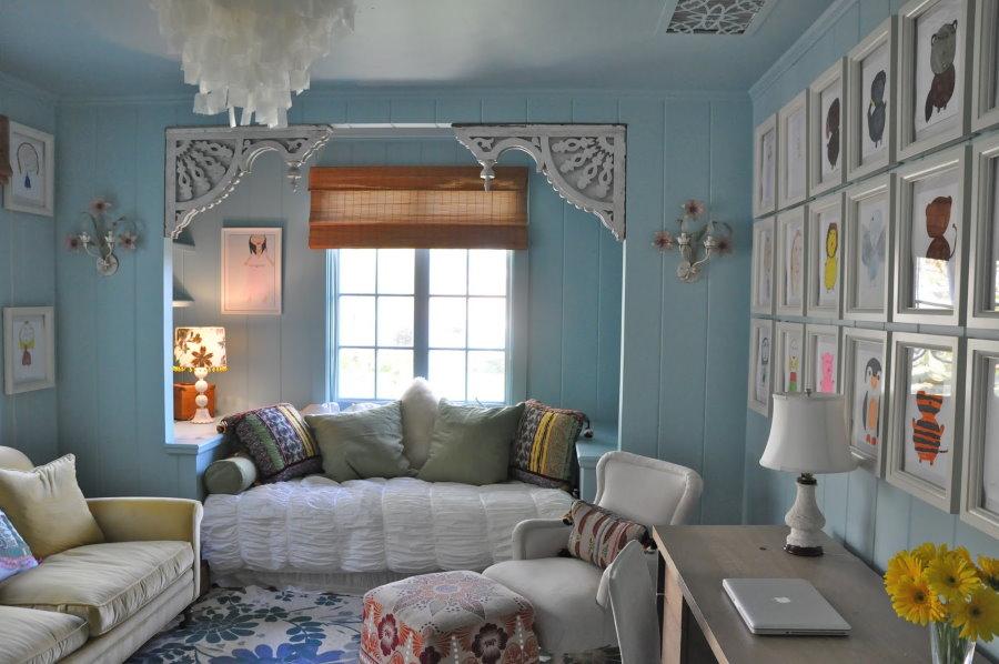 Голубые стены уютной гостиной в деревенском стиле
