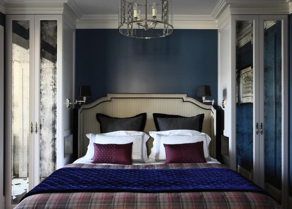 Зеркальные шкафчики в спальне с синей стеной