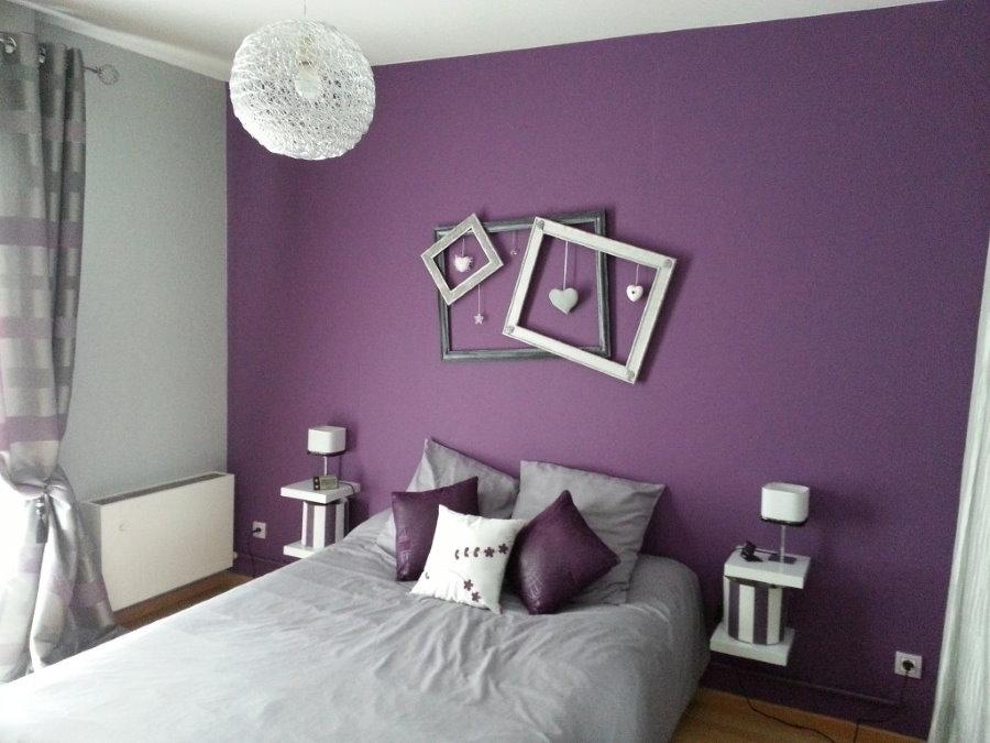 Декор сиреневой стены в спальной комнате