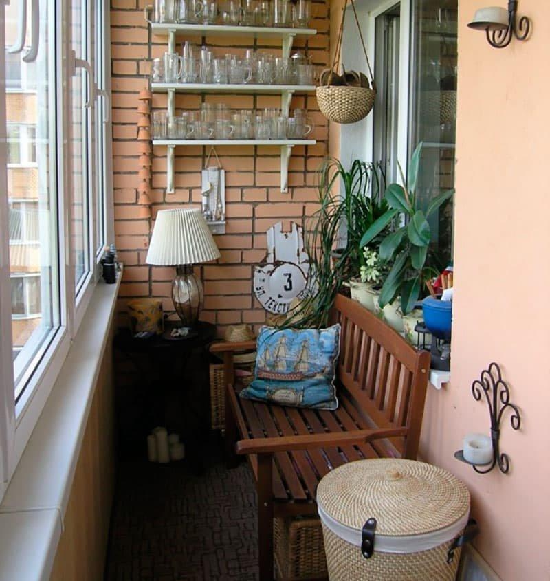 Деревянная скамейка на балконе кирпичного дома