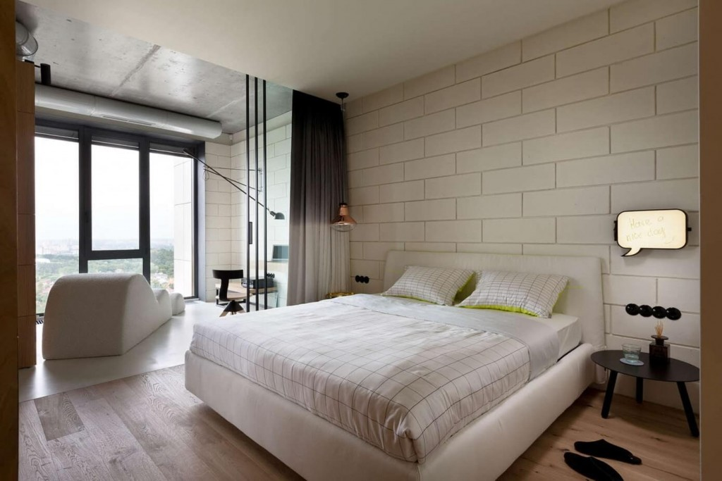 Обустройства спальни с балконом в стиле минимализма