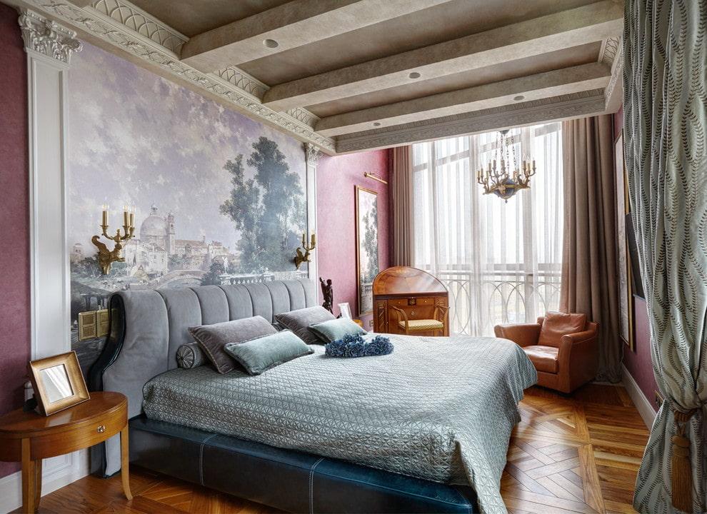Декоративные балки на потолке спальни с балконом