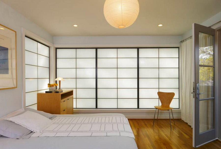 Меблировка спальни с балконом в японском стиле