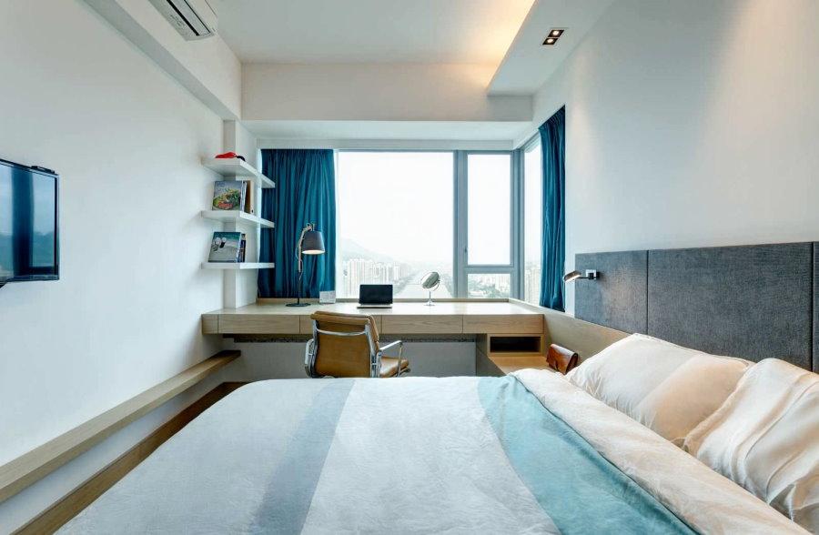 Стол-подоконник в узкой спальне