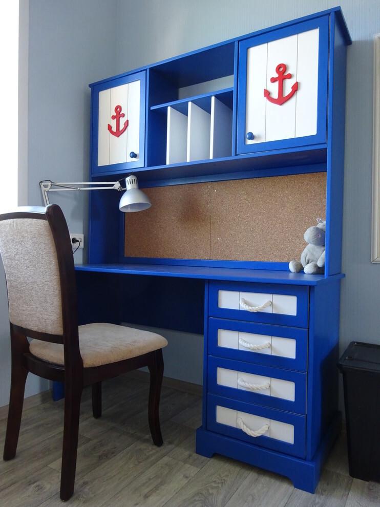 Сине-белый стол в морском стиле