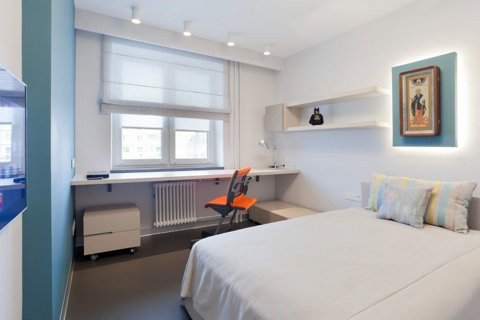 Стол-подоконник у окна спальной комнаты