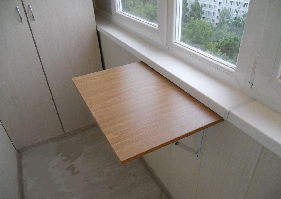 Откидной столик из ДСП на застекленном балконе