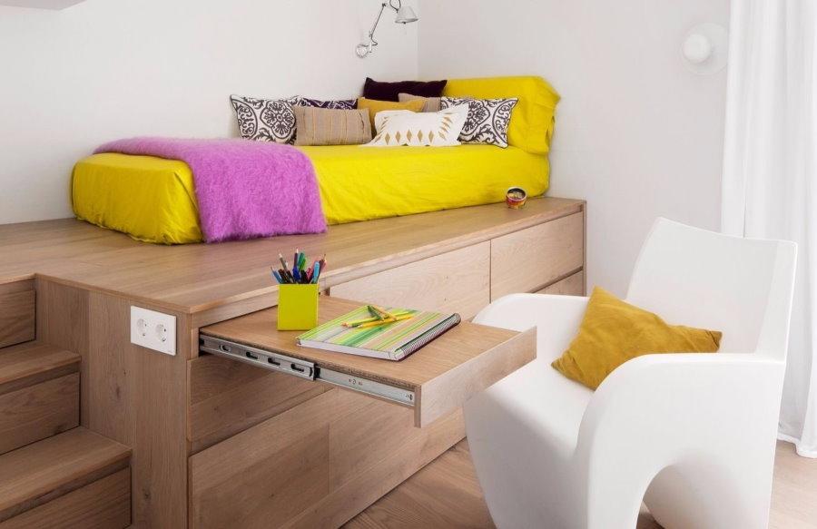 Выдвижной столик в подиуме с кроватью