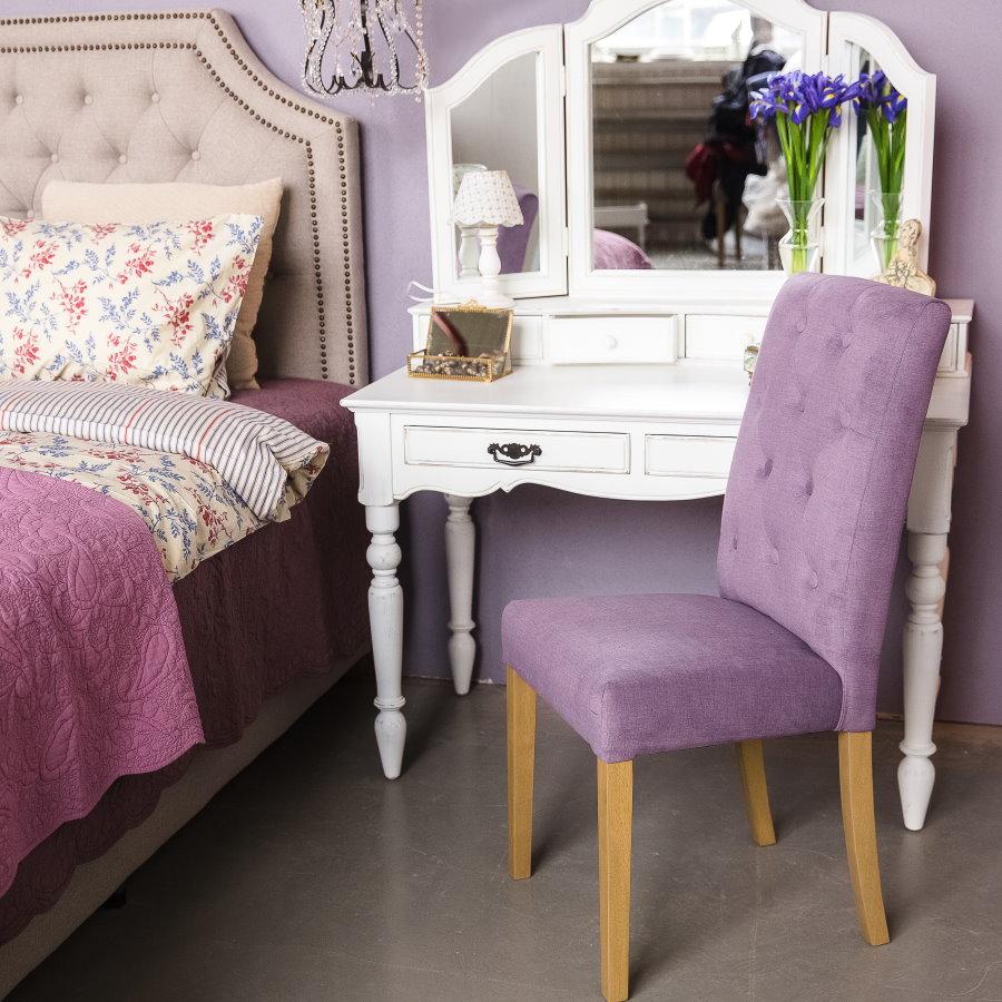 Белый туалетный столик в спальне девочки