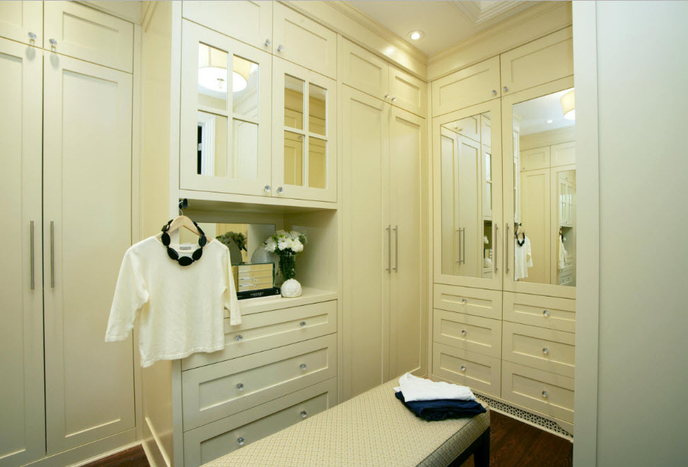 Освещение отдельной гардеробной с мебелью светлого оттенка