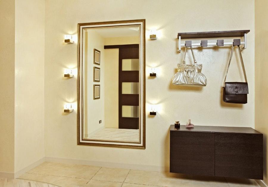 Настенные светильники около зеркала в прихожей