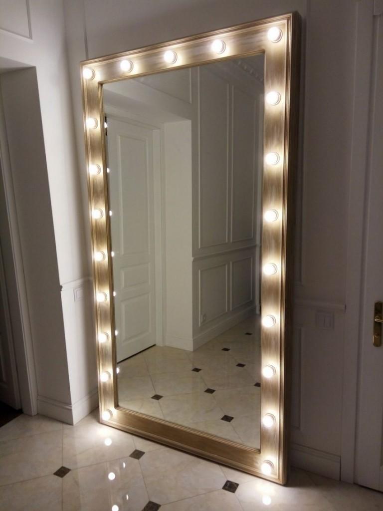 Открытые лампочки в раме напольного зеркала