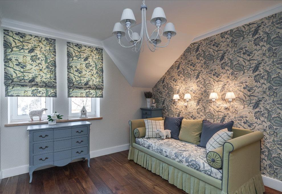 Настенные светильники над кроватью-диваном в стиле прованс