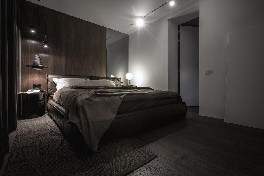 Освещение современной спальни с полом темного цвета