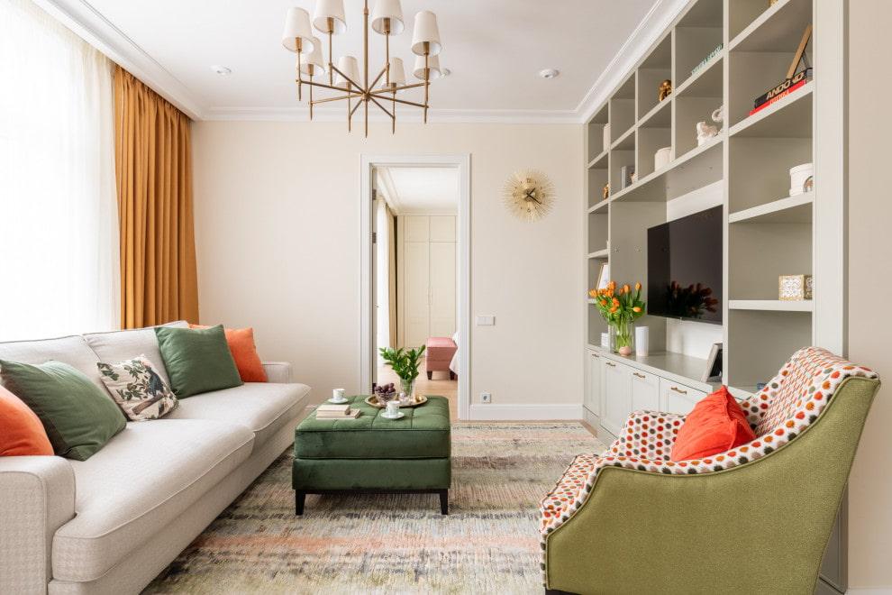 Светлые стены в гостиной с коричневыми шторами