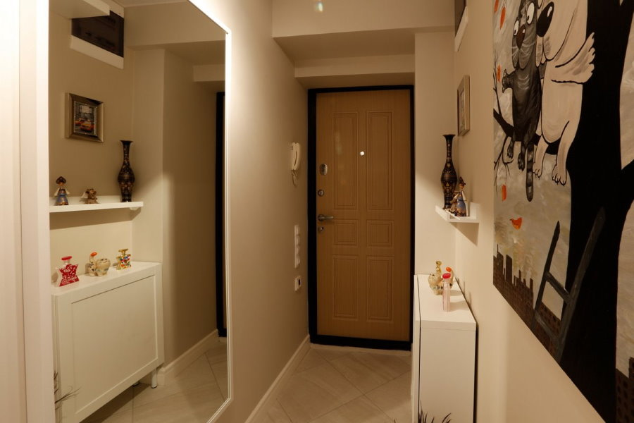 Окрашенные стены в прихожей двухкомнатной квартиры