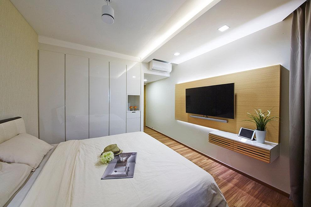 Светлая спальня со шкафами встроенного типа