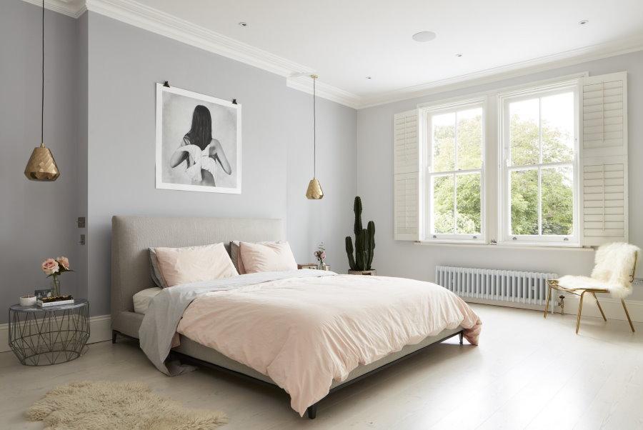 Светло-серые стены в просторной спальне