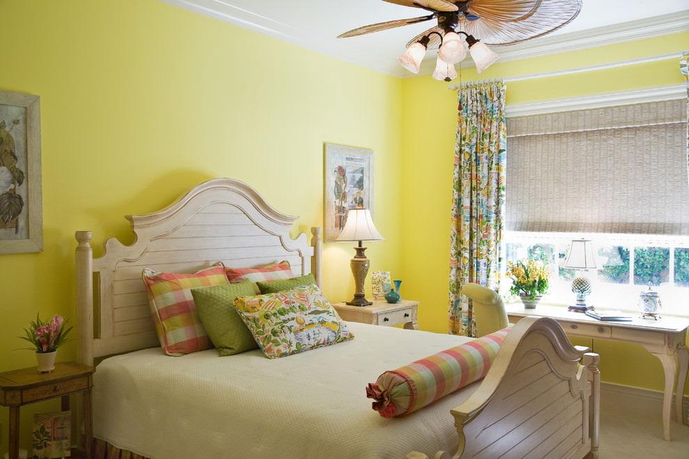 Небольшая спальня со стенами светло-желтого тона