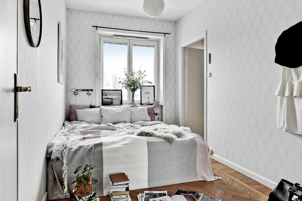 Узкая спальня в стиле сканди с обоями