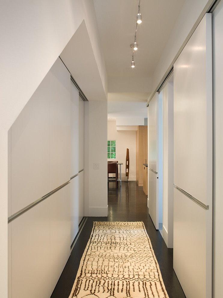 Белый встроенный шкаф в узком коридоре